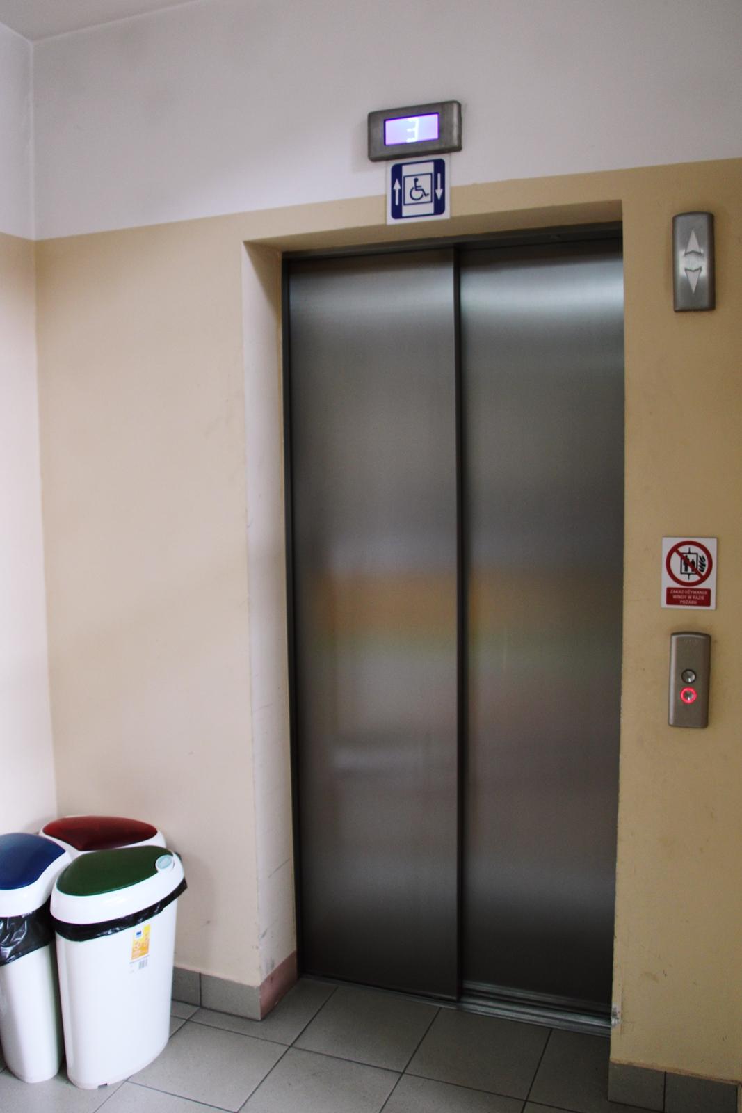 winda w budynku urzędu